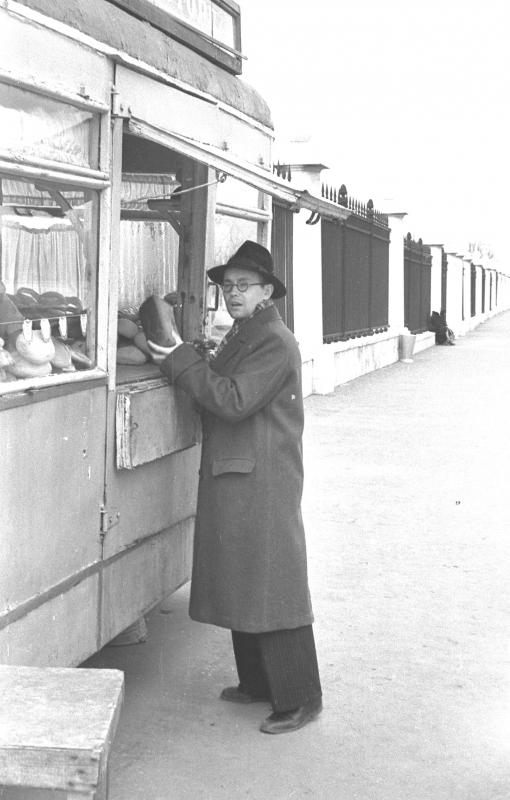 А.П. Ершов у хлебного киоска, 1956 г.