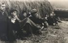 Под копной сена на берегу Клязьмы, 1959 г.