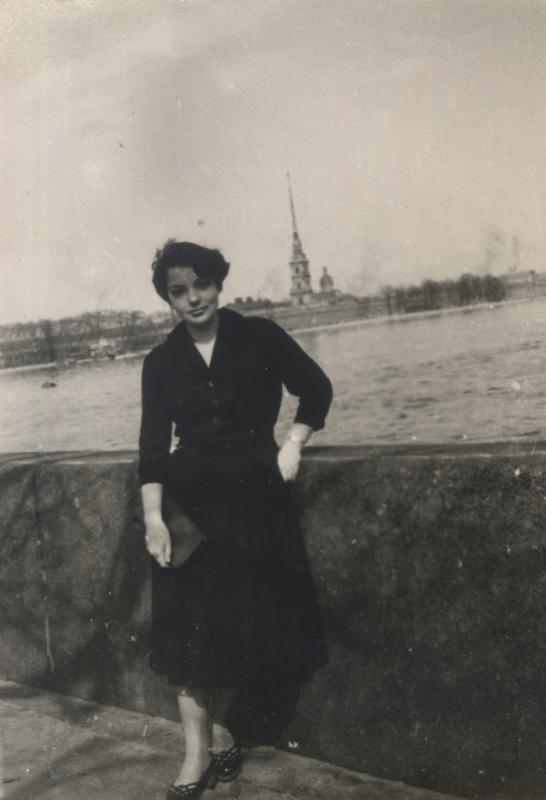 Р.Д. Мишкович на набережной Невы, 1958 г.