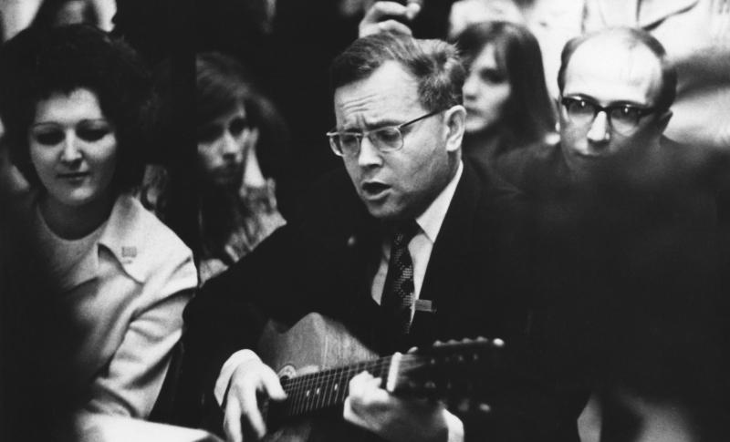 15-летие Отдела программирования, А.П. Ершов с гитарой, 1973 г.